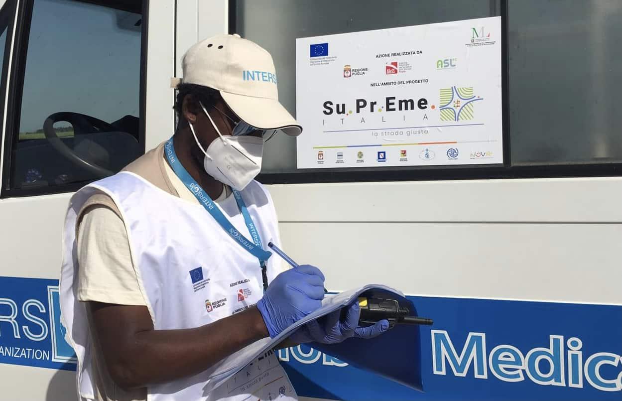Lekarz mężczyzna zapewniający opiekę zdrowotną pracownikom migrującym w Apulii