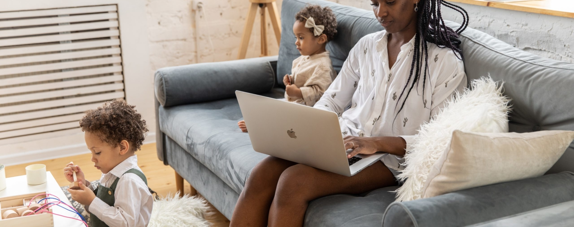 Obraz kobiety pracującej w domu z dziećmi