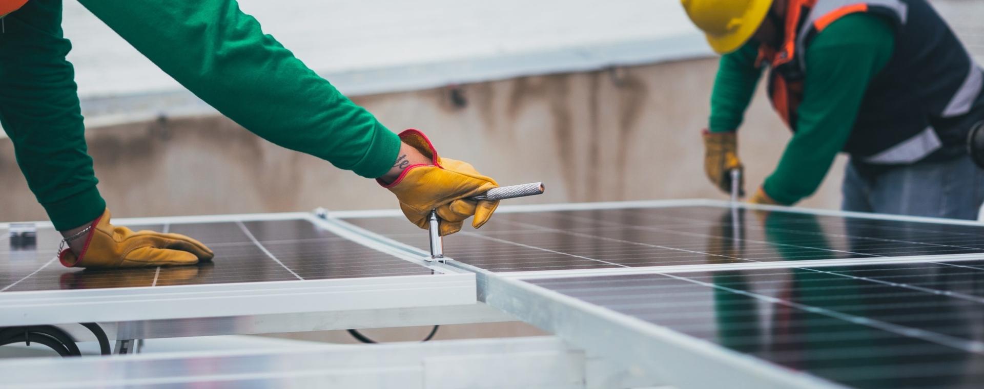Pracownicy instalujący panele słoneczne